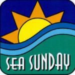 Merisunnuntain logo, jossa yläosassa violetilla taustalla keltainen aurinko oranssine säteineen, keskellä sinisiä aaltoja ja alaosassa vihreällä taustalla valkoinen teksti Sea Sunday.