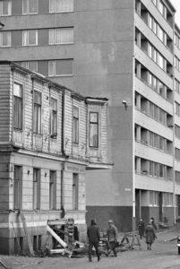 Merimieskirkon kaksikerroksisen puutalon viereen Albertinkadun toiselle puolelle oli noussut monikerroksinen kerrostalo.