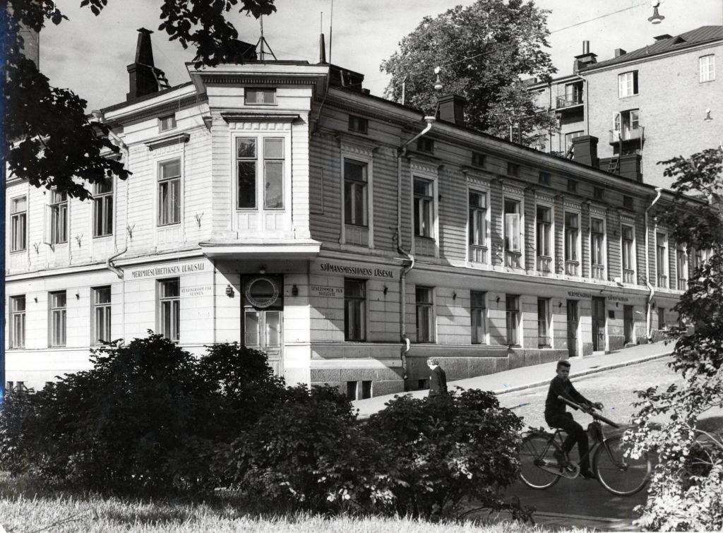 Merimieskirkon ensimmäinen oma rakennus Helsingin Punavuoressa Sepänkatu 7:n ja Albertinkatu 2:n kulmassa oli alun perin kaksikerroksinen vaalea puutalo.