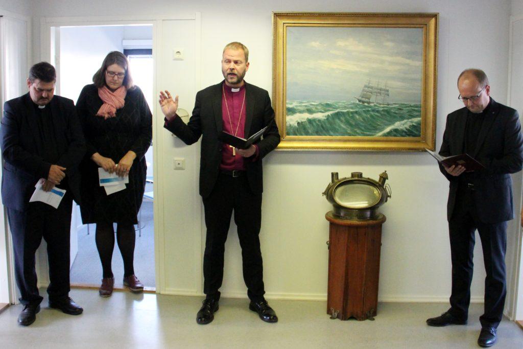 Herttoniemeen muuttaneen keskustoimiston siunaamisen toimitti piispa Teemu Laajasalo. Aulatilaa koristavat meriaiheinen taulu sekä aito vanha laivan kompassi.