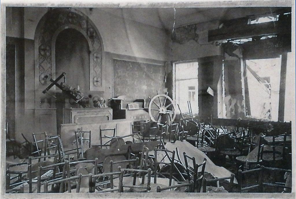Merimieskirkko vaurioitui pahoin vuoden 1944 pommituksissa. Sisäkuvassa näkyy ikkunoiden rikkoutuneen, krusifiksin ja ruorin pudonneen seinältä sekä huonekalujen sekamelskan.