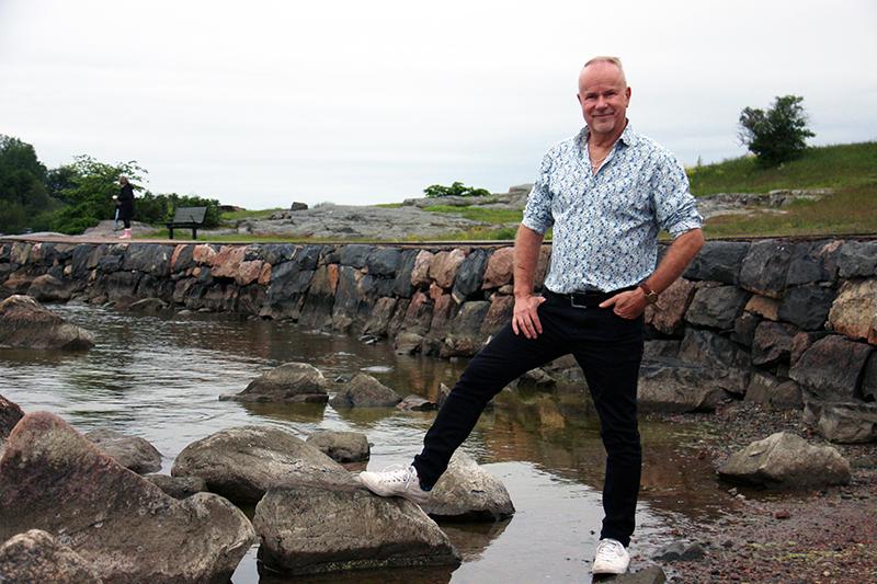 Petri Laaksonen Helsingin Kaivopuiston rannassa kesäkuussa 2020.