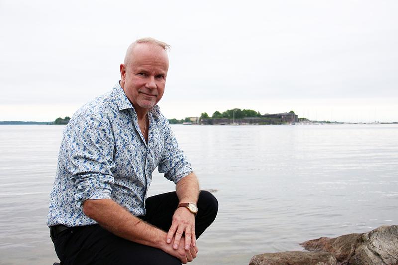 Petri Laaksonen Helsingin Kaivopuiston rantakalliolla. Taustalla näkyy Somenlinnaa.