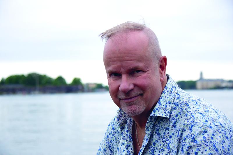 Petri Laaksonen meren äärellä Helsingin Kaivopuiston rannassa.