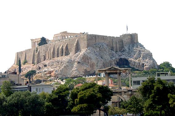"""""""Temppelirakennelmia Akropoliin kalkkikivivuorella alaviistosta katsottuna."""""""