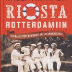 Viisi valkoiseen merimiespukuun pukeutunutta nuorta merimiestä istuu rennosti ja tupakoi puiston kivipenkillä. Kirjan kansikuva.