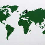 Vihreäsävyinen kartta maailmasta, jossa Suomi korostettu mustalla värillä.
