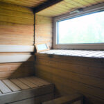 """""""Saunan ylälaude ja ikkunasta sisään tulviva valo."""""""